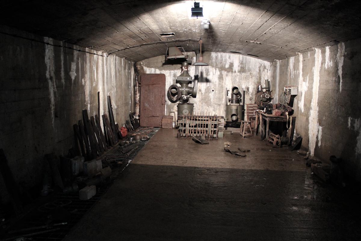 Jedno z pomieszczeń w kompleksie, gdzie złożono ocalały sprzęt (czy raczej jego resztki).